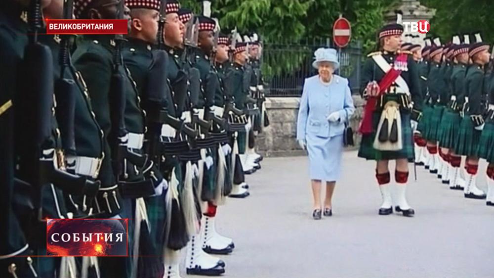 Британская королева Елизавета II осматривает шотландские войска