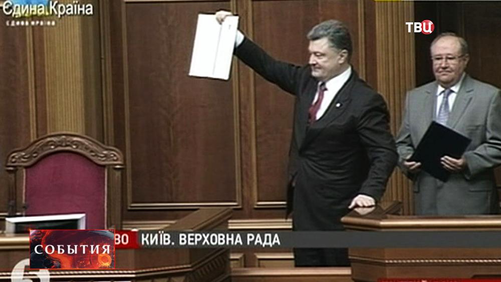 Пётр Порошенко держит подписанный закон об ассоциации Украины с ЕС