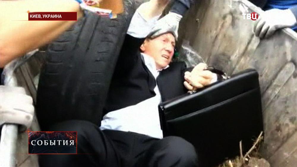 Депутат Верховной Рады Виталий Журавский в мусорном баке
