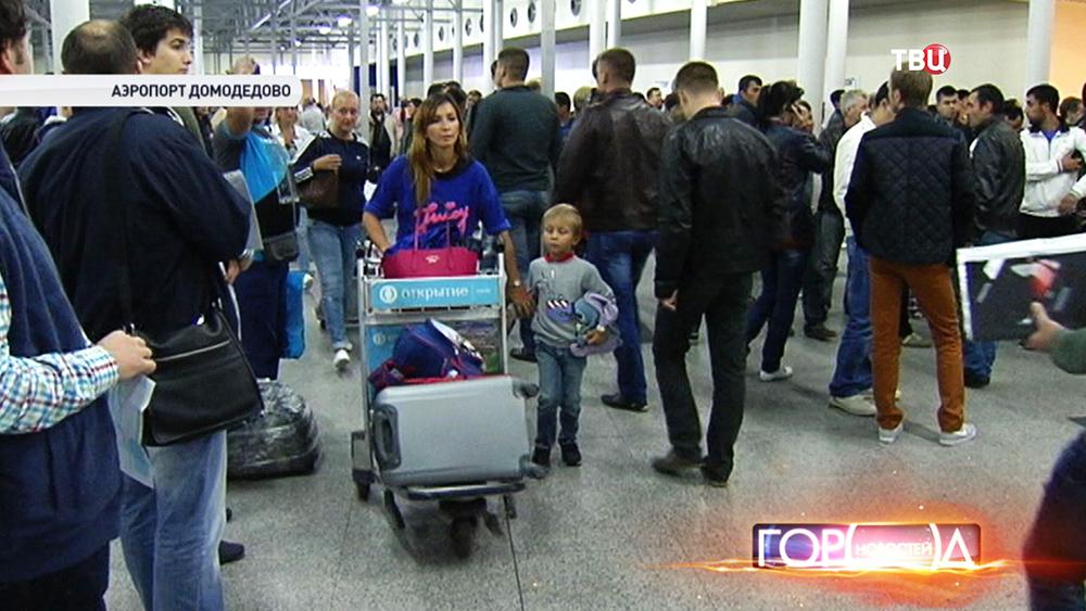"""Туристы в зале прилета аэропорта """"Домодедово"""""""