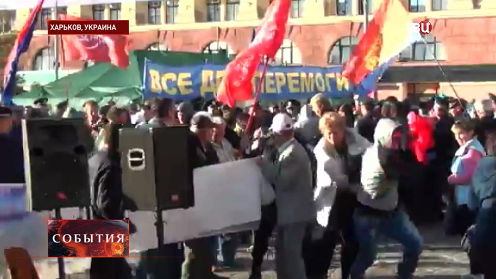 """Радикалы """"Правого сектора"""" разгоняют митинг в Харькове"""