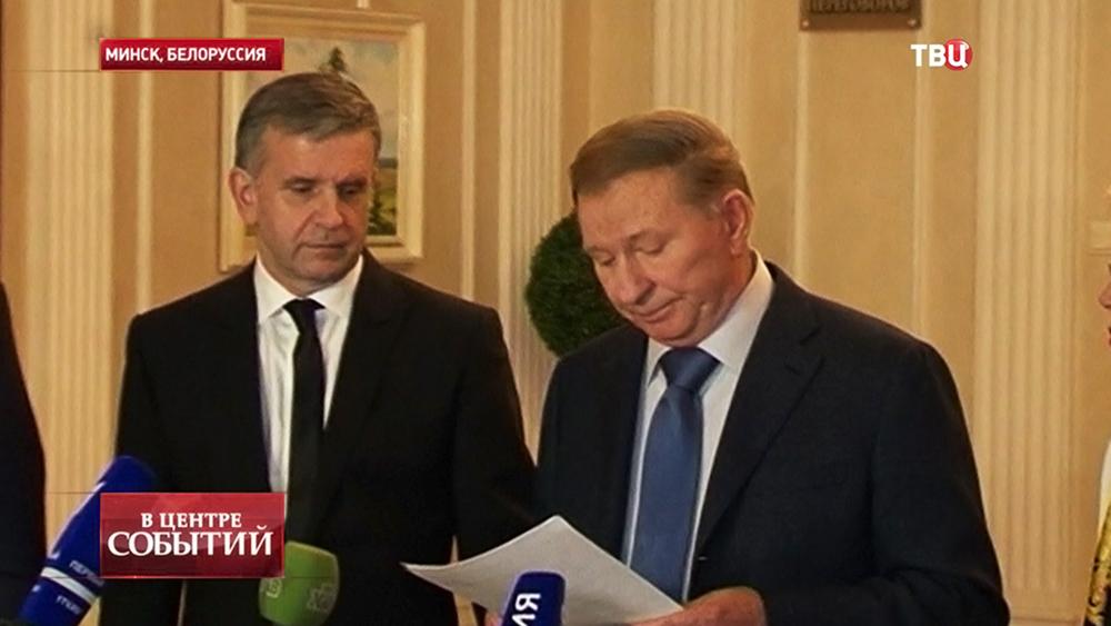 Экс-президент Украины Леонид Кучма и посол России на Украине Михаил Зурабов во время встречи контактной группы в Минске