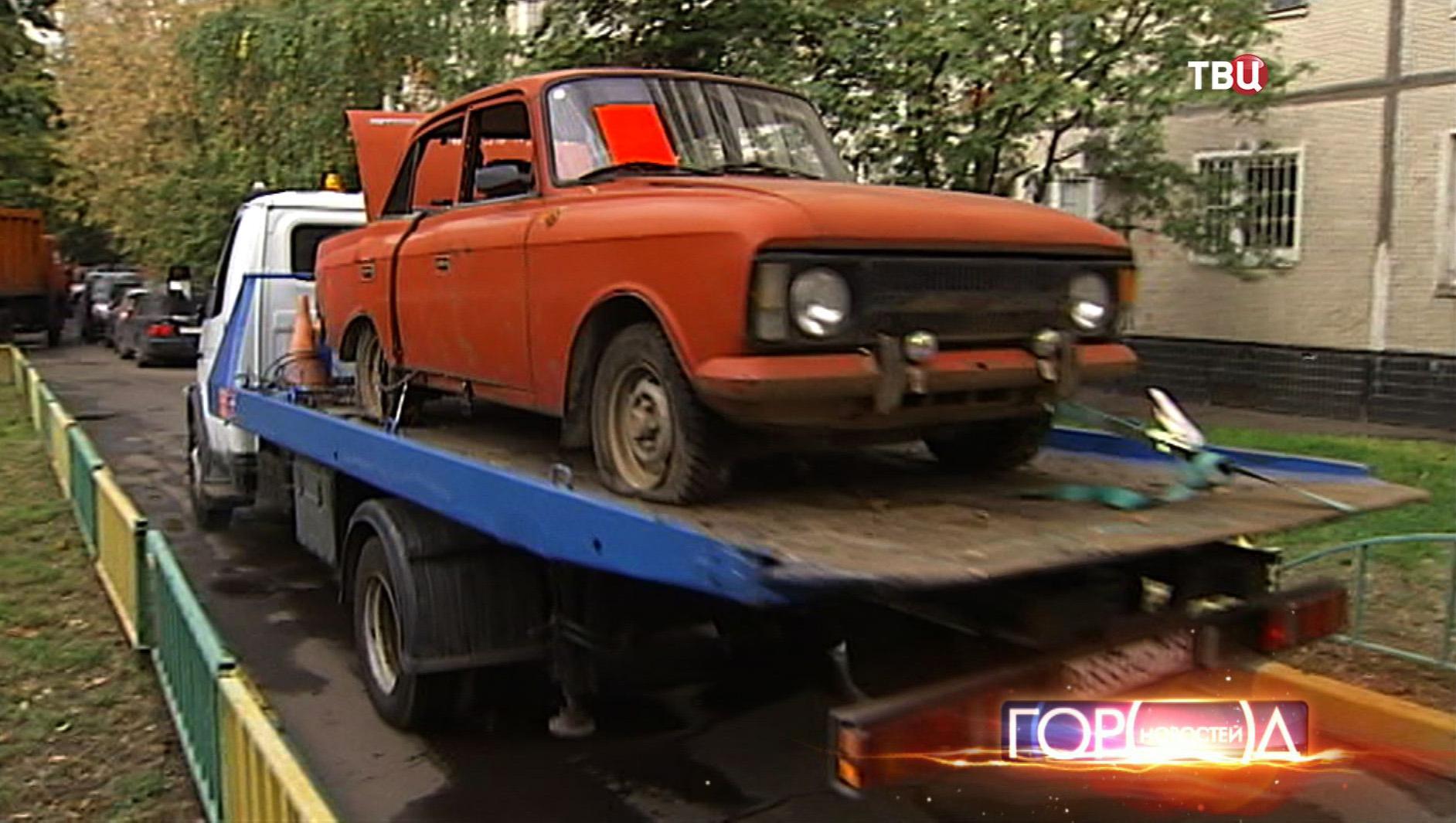 Эвакуатор увозит старый автомобиль