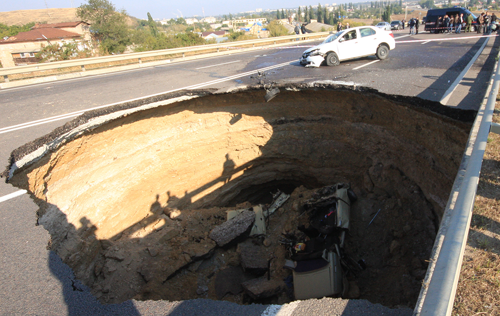 Обвал грунта на участке автотрассы в Симферополе