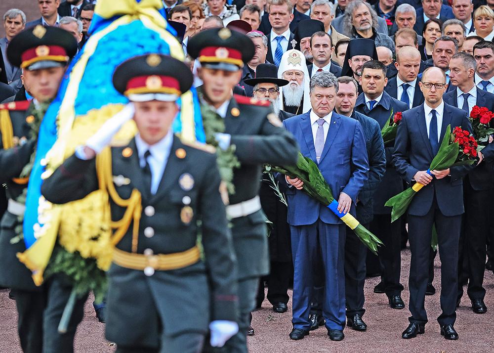 Петр Порошенко и Арсений Яценюк возлагают цветы к монументу жертв Бабьего Яра