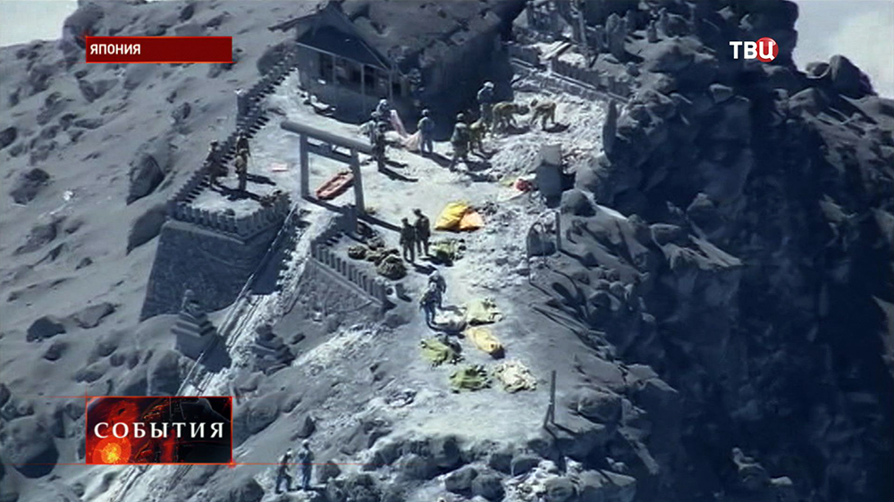 Спасательная операция в районе извержения вулкана Онтакэ в Японии