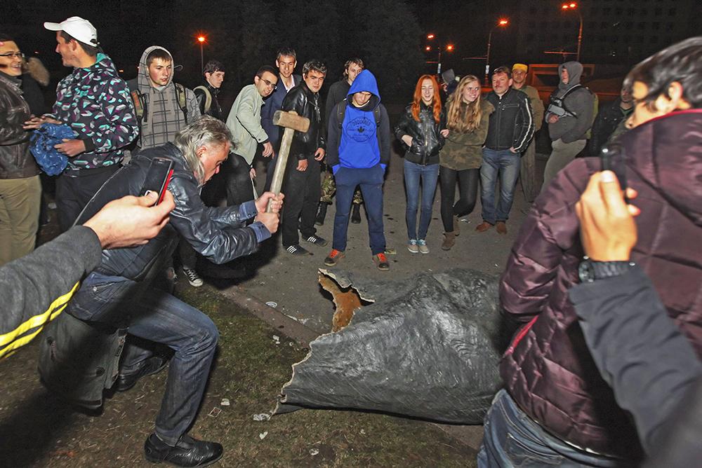 Участники митинга в Харькове разрушают памятник В.И.Ленину