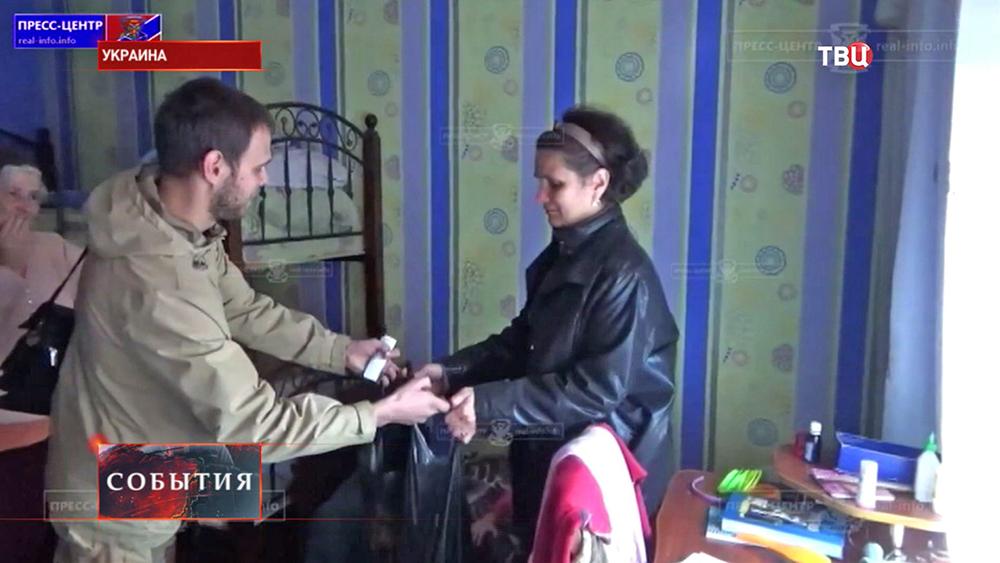 Народные ополченцы разносят гуманитарную помощь жителям юго-востока Украины