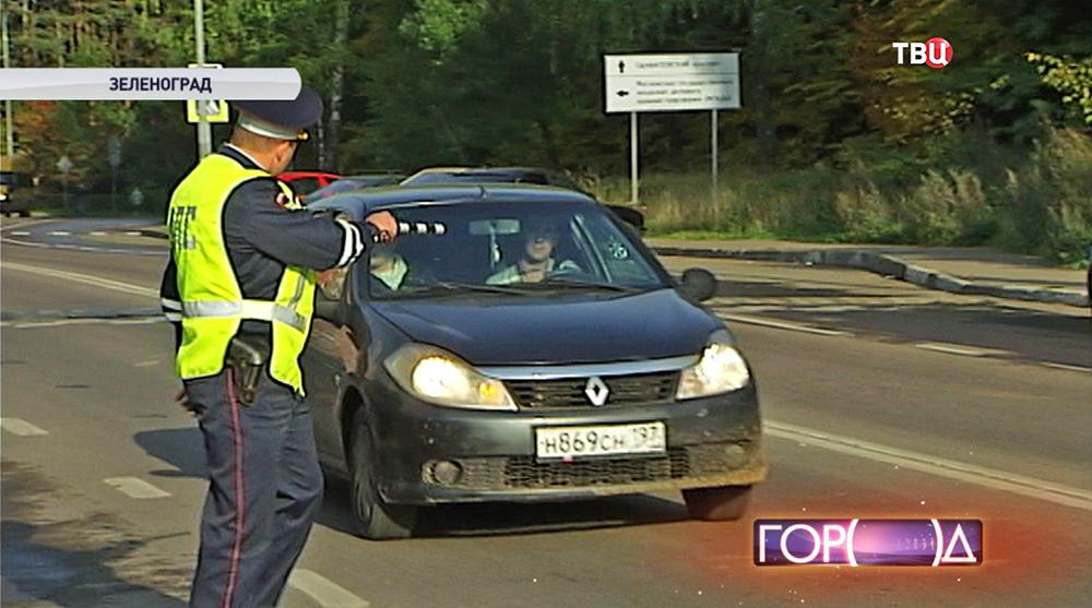 Инспектор ДПС остонавливает автомобиль
