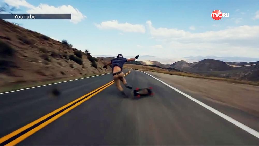 Американский скейтбордист упал с доски на скорости около 100 километров в час