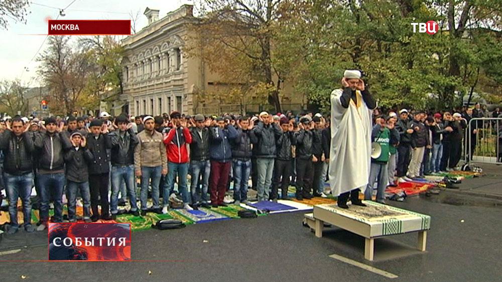 Мусульмане молятся в день праздника Курбан-байрам у Соборной мечети в Москве