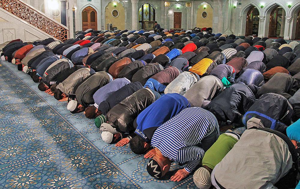 Мусульмане во время торжественного намаза
