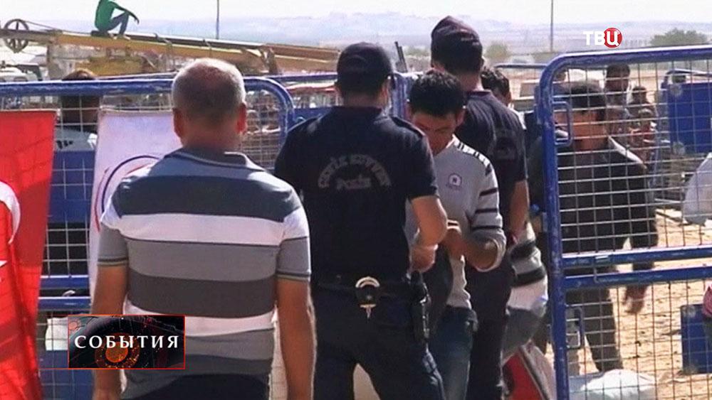 Беженцы на границе с Турцией