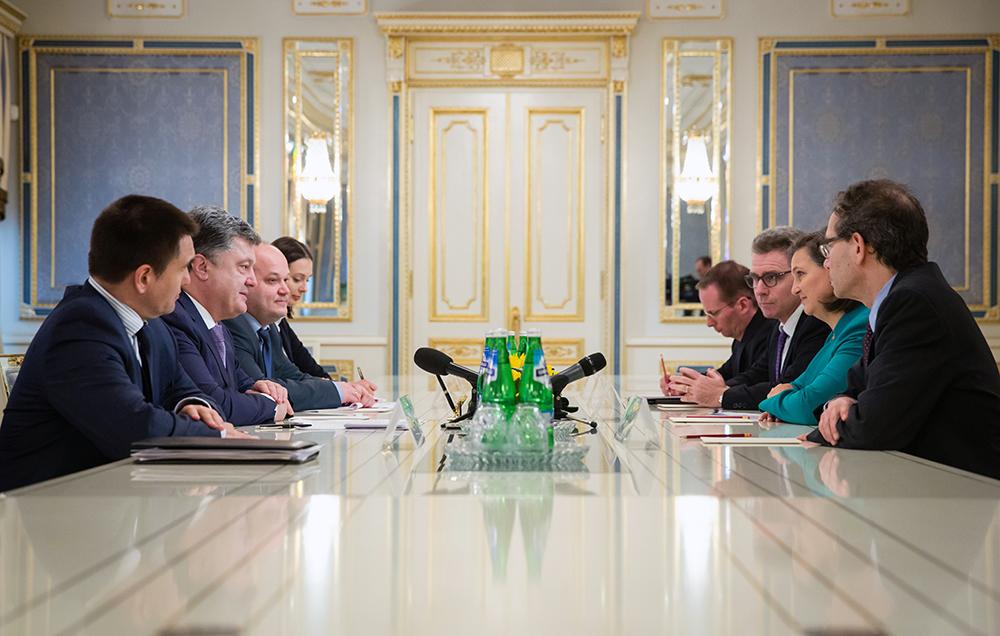 Петр Порошенко и заместитель госсекретаря США по вопросам Европы и Евразии Виктория Нуланд