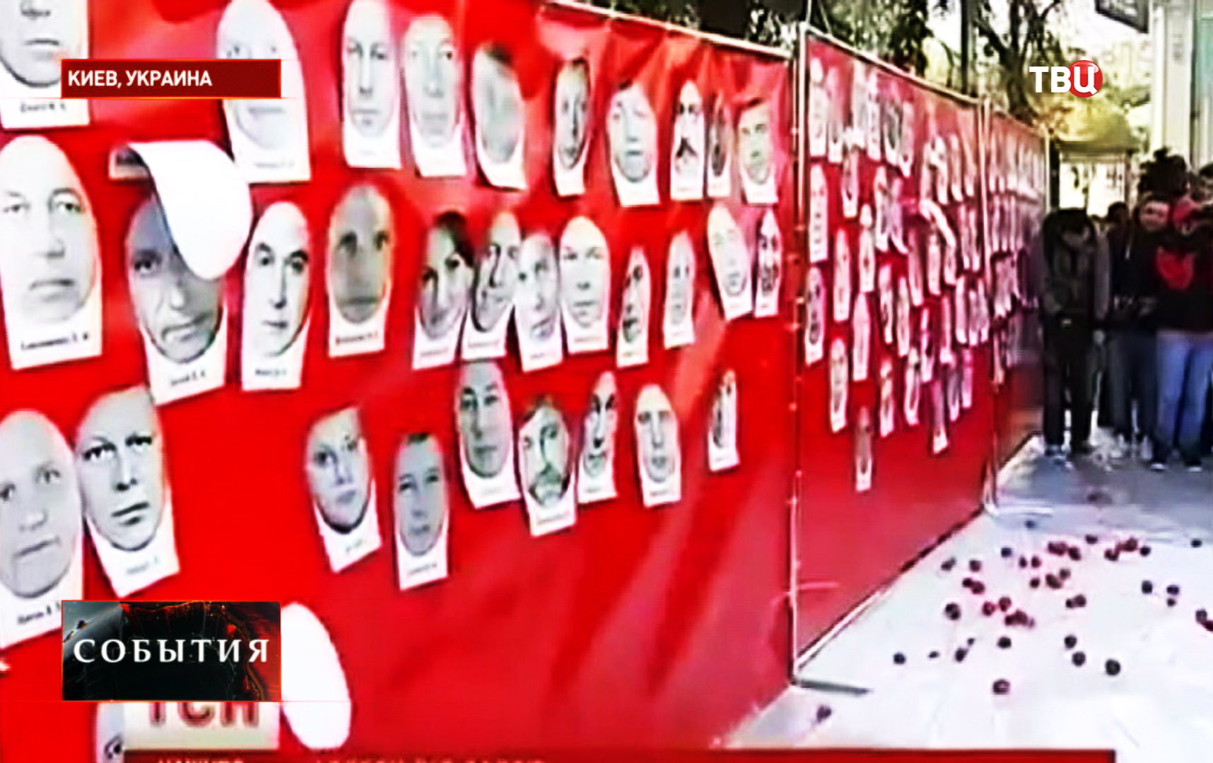 """Украинские активисты """"расстреливают"""" портреты парламентариев томатами"""