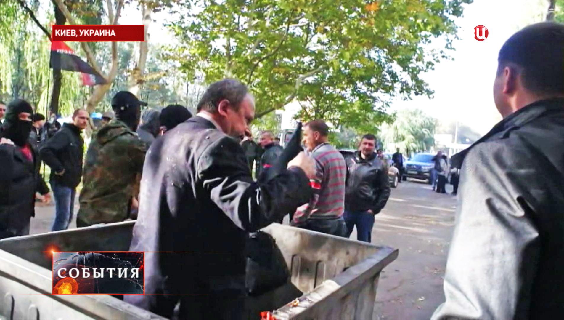 Депутат Верховной Рады Украины в мусорном контейнере