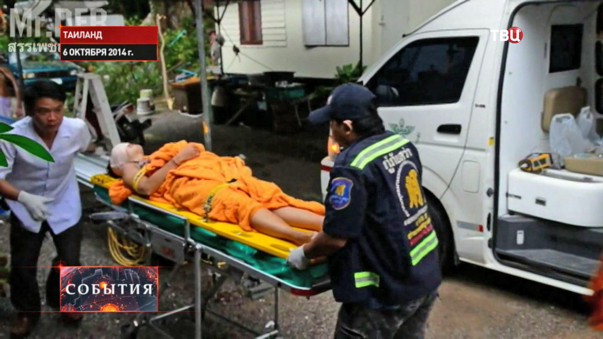 Медики оказывают помощь пострадавшим