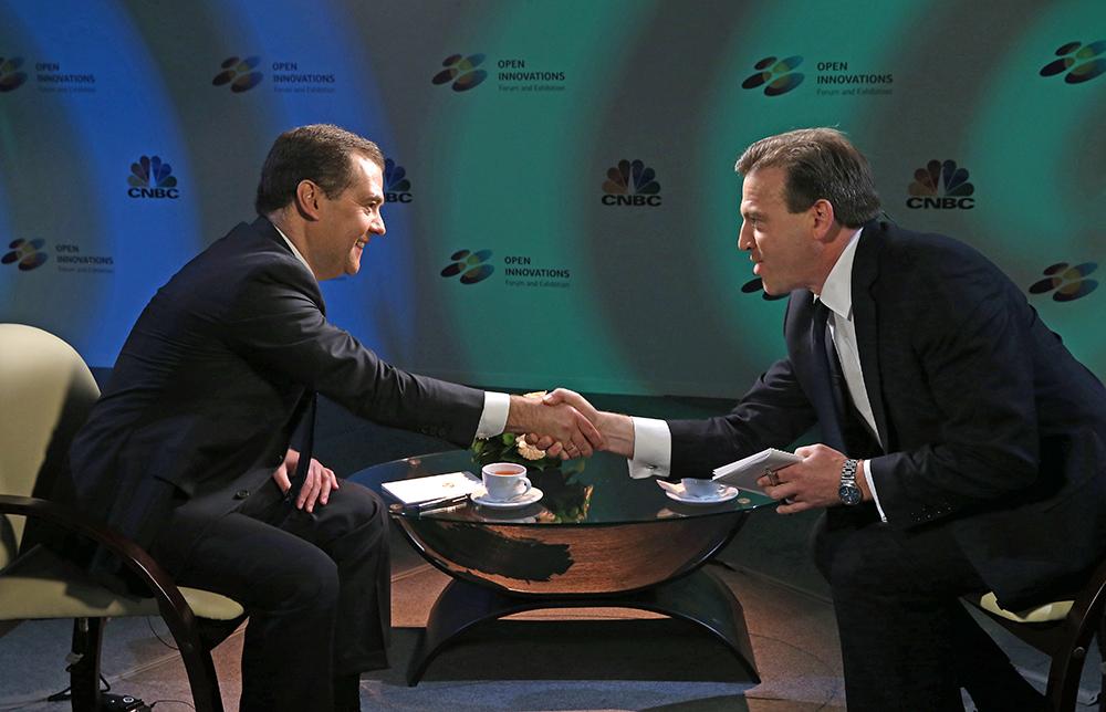 Премьер-министр РФ Дмитрий Медведев и американский тележурналист CNBS Джефф Катмор во время интервью