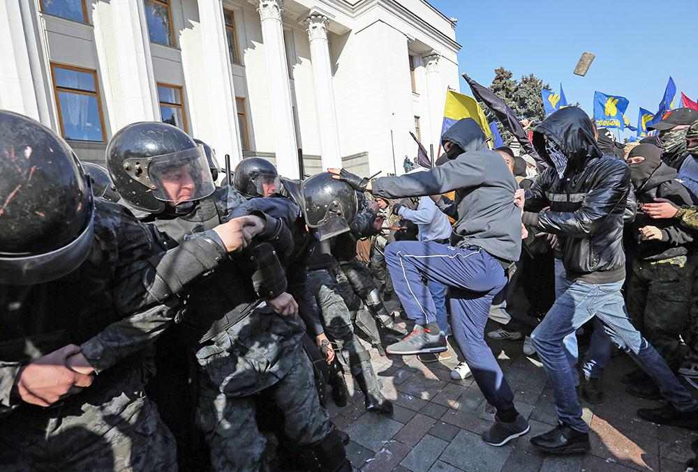 """Столкновение сторонников партии """"Свобода"""" и УПА с милицией у здания Верховной Рады"""