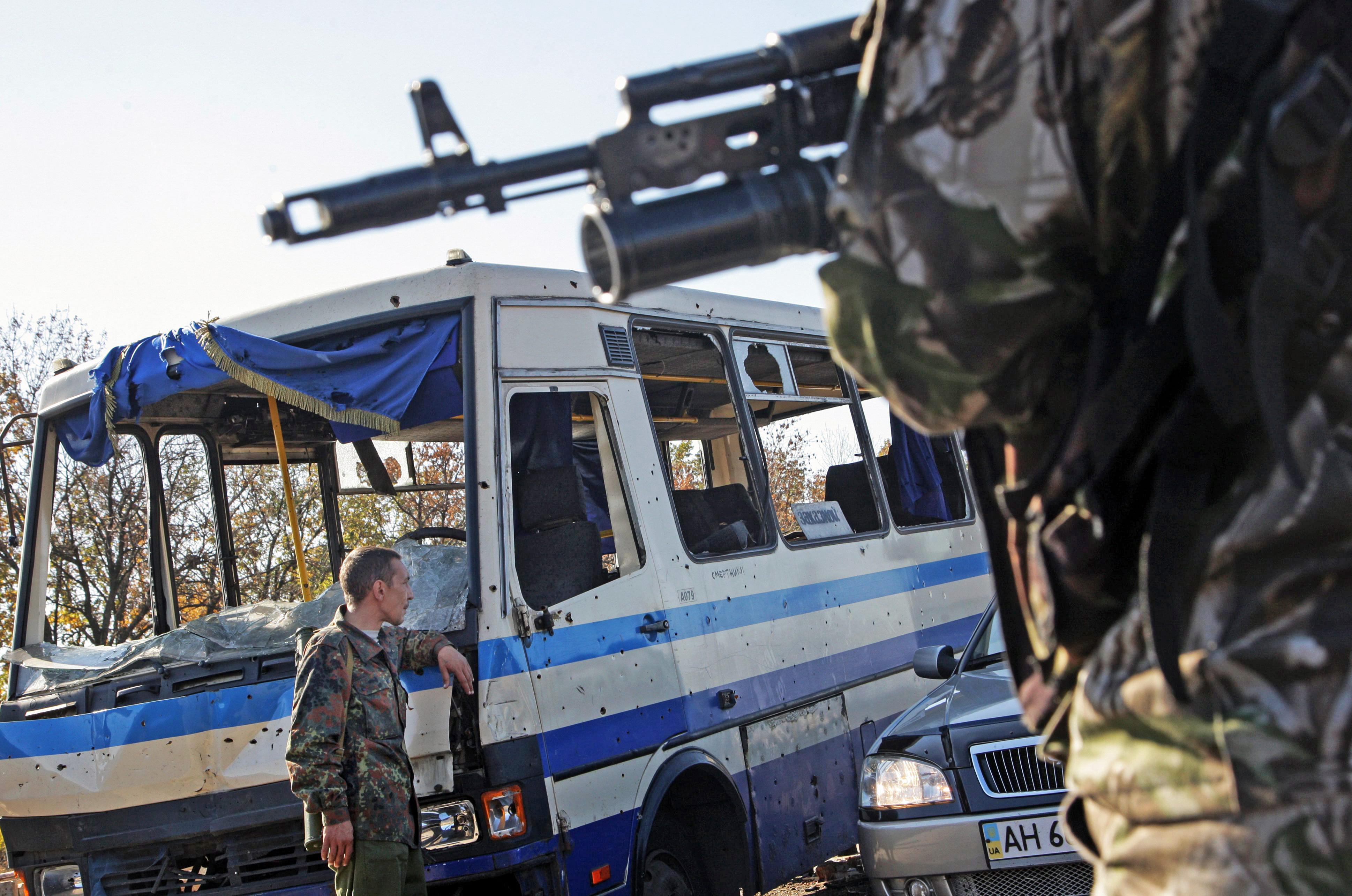 бойцы народного ополчения Новороссии на блокпосту