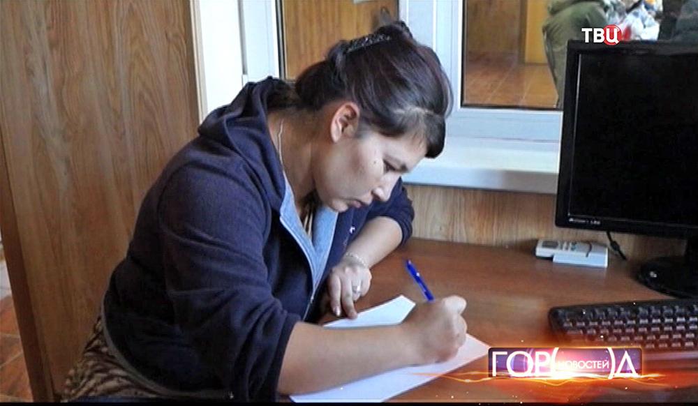 Женщина бросившая ребенка пишет заявление в полиции
