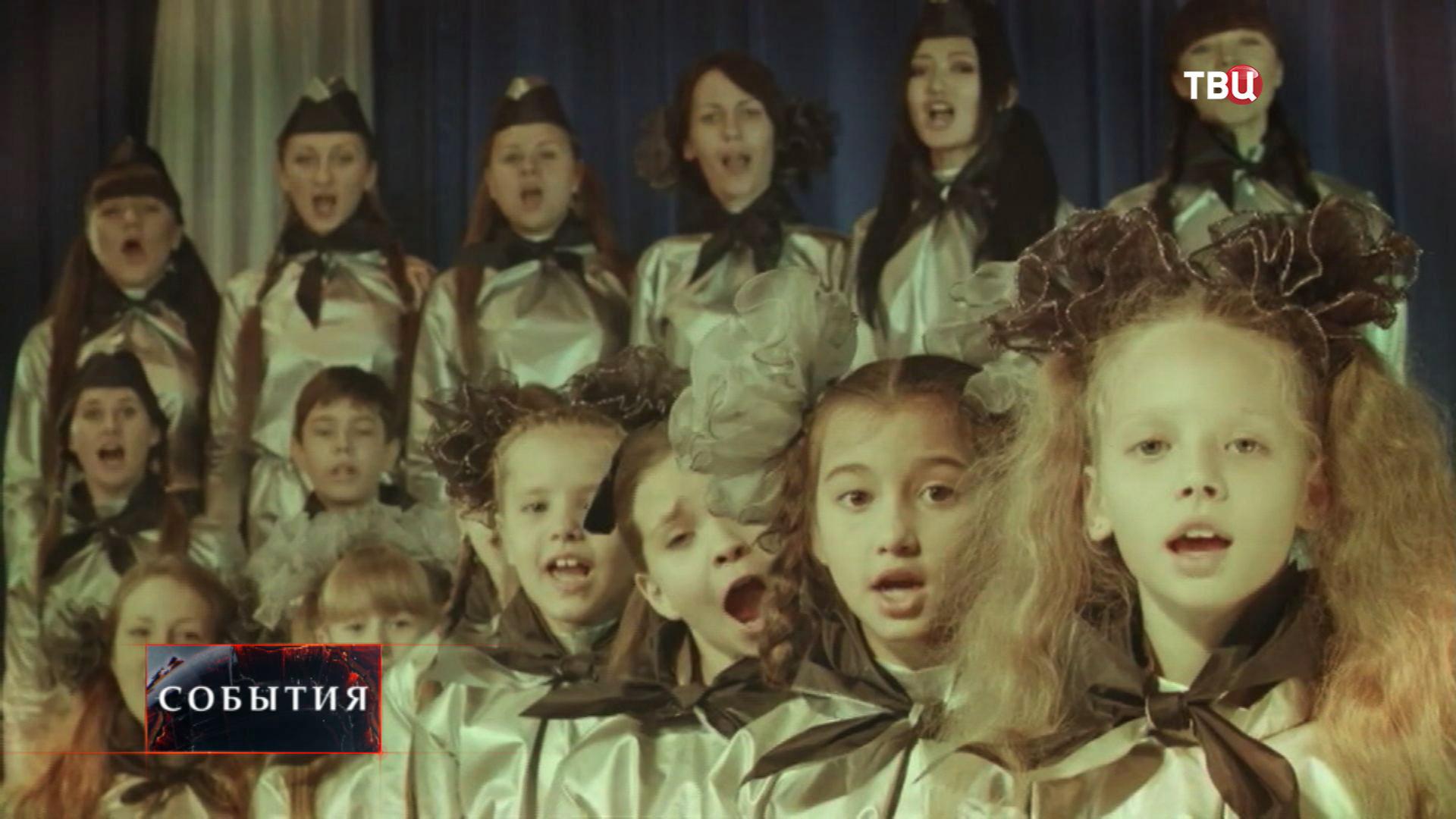Пионеры исполняют песню про комсомол