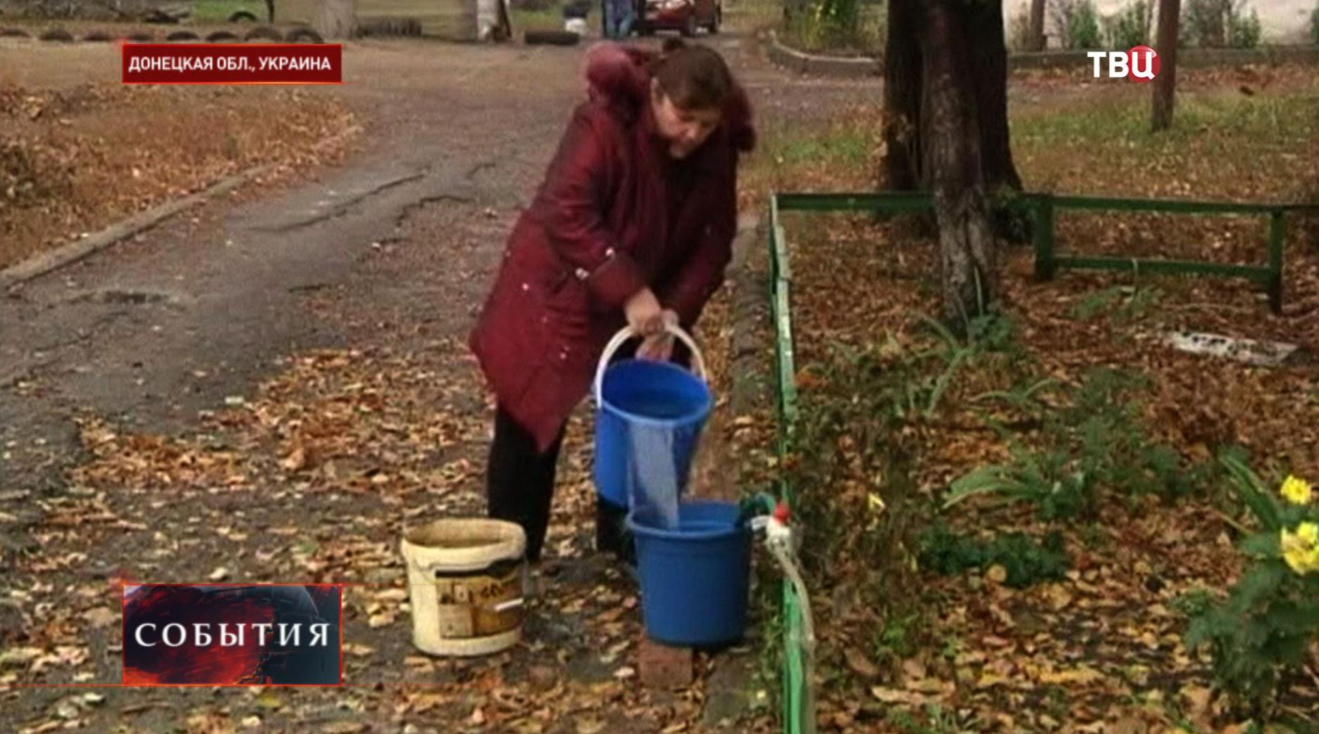 Житель Украины набирает воду