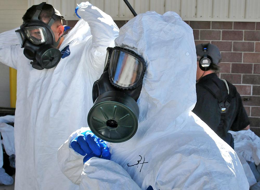 Медики в биозащитных костюмах