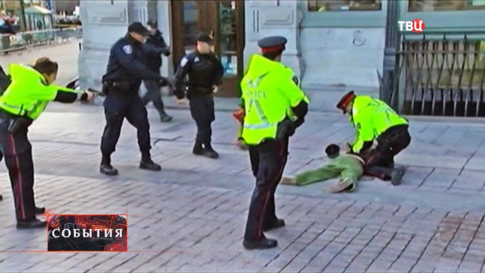 Канадские полицейские проводят задержание