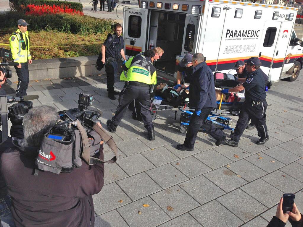 Эвакуация пострадавшего во время стрельбе в центре Оттавы