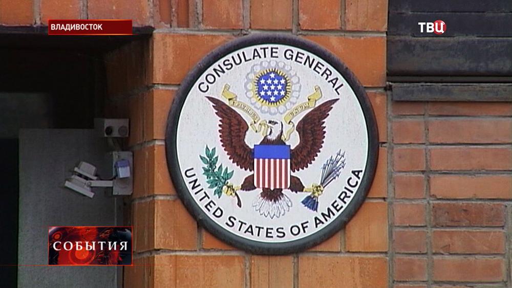 Герб США на здании дипмиссии во Владивостоке