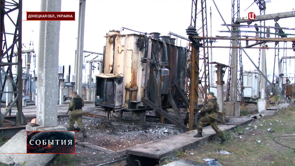 Бойцы народного ополчения на разрушенной электростанции в Донецкой области