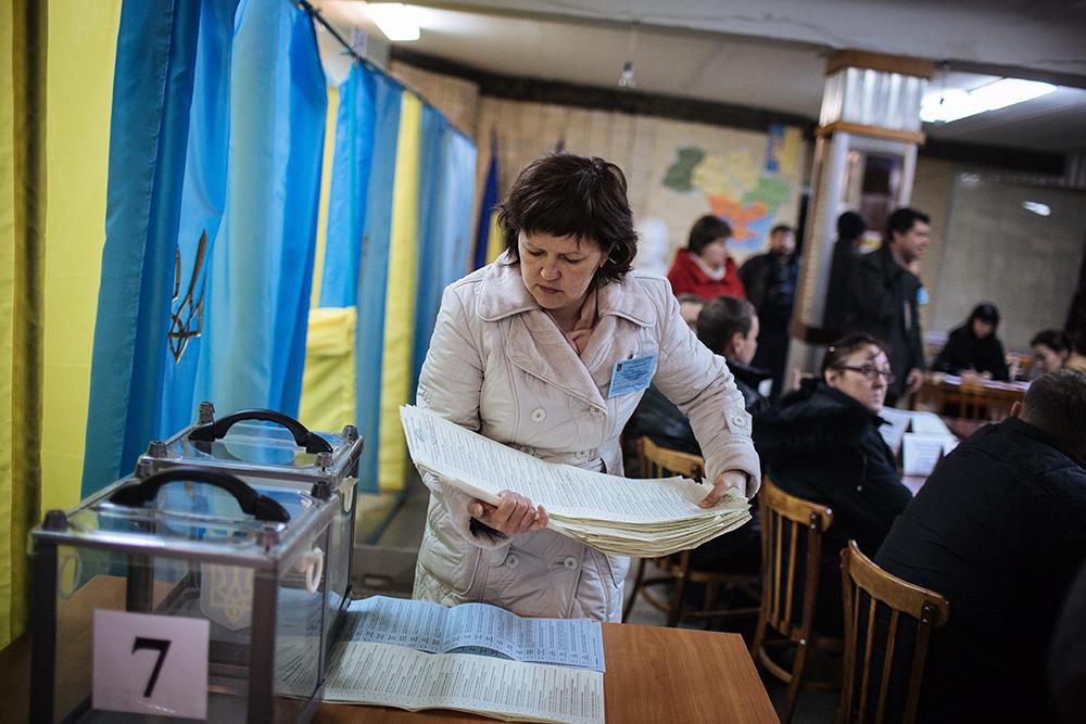 Сотрудники избиркома во время подсчета голосов на досрочных выборах в Верховную Раду Украины