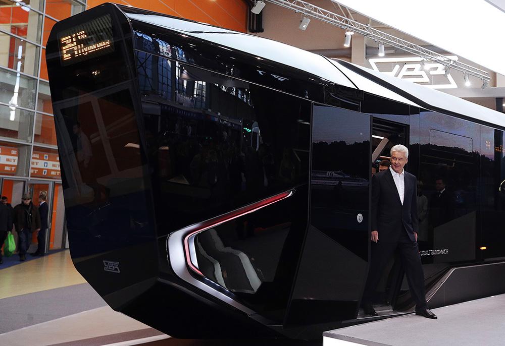 Мэр Москвы Сергей Собянин выходит из низкопольного модуля трамвайного вагона нового поколения R1