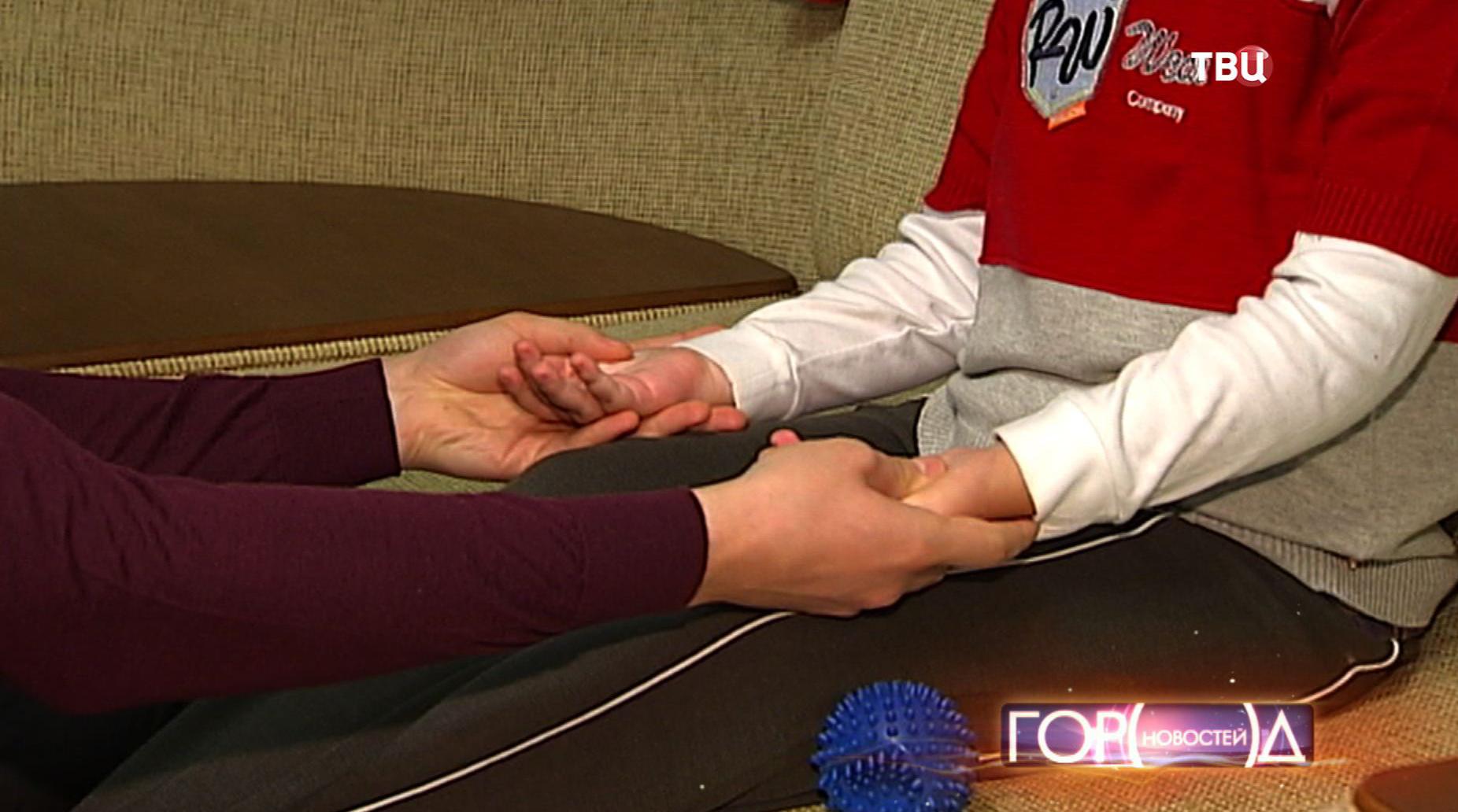 Специалист делает массаж ребенку