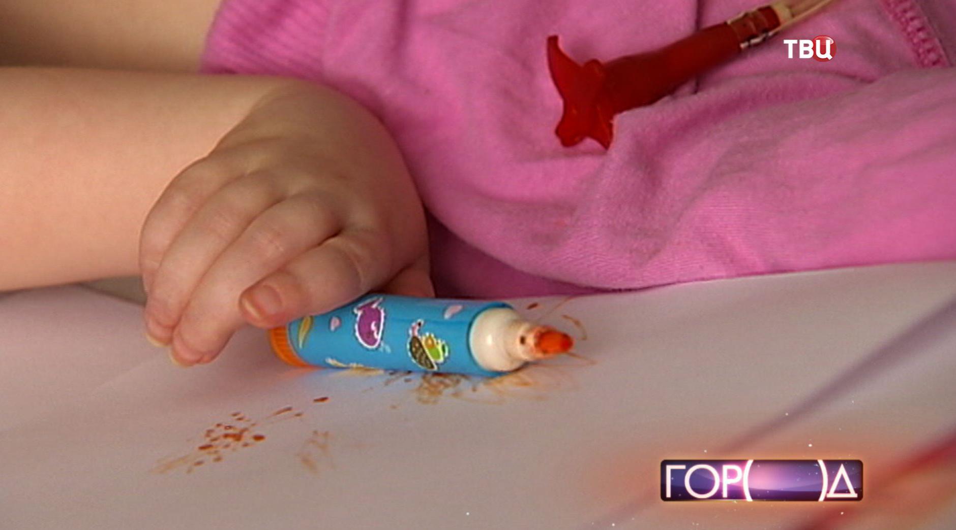 Ребенок играет с фломастером