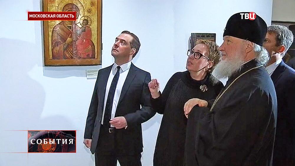 Дмитрий Медведев и Патриарх Кирилл во время посещения Воскресенского Ново-Иерусалимского монастыря