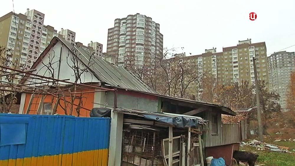 Деревенский дом рядом с многоэтажками на Украине