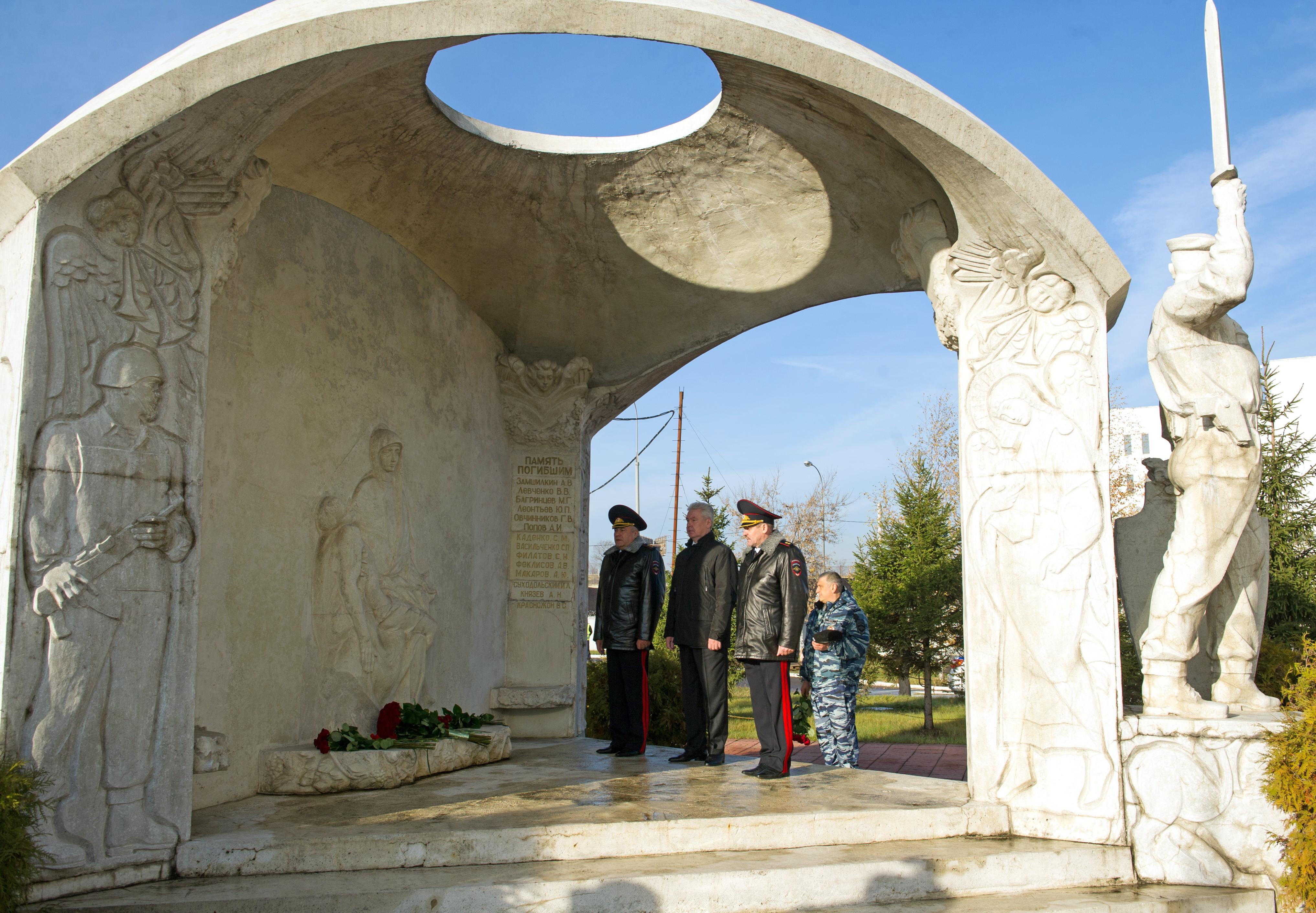 Сергей Собянин возлагает цветы к памятнику сотрудникам ОМОН