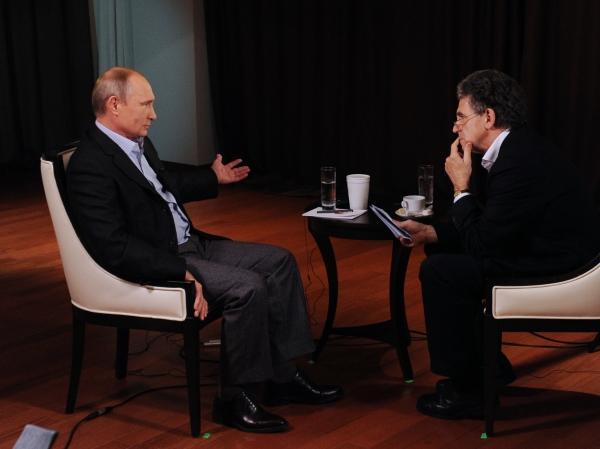 Президент России Владимир Путин во время интервью отвечает на вопросы представителя немецкого телеканала ARD Хуберта Зайпеля