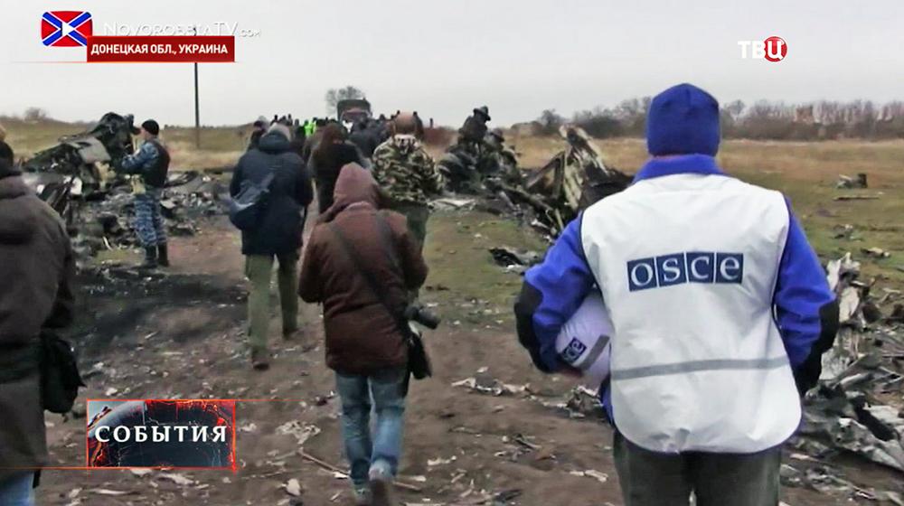 Международные наблюдатели ОБСЕ на месте падения малайзийского самолета Boeing в Донецкой области