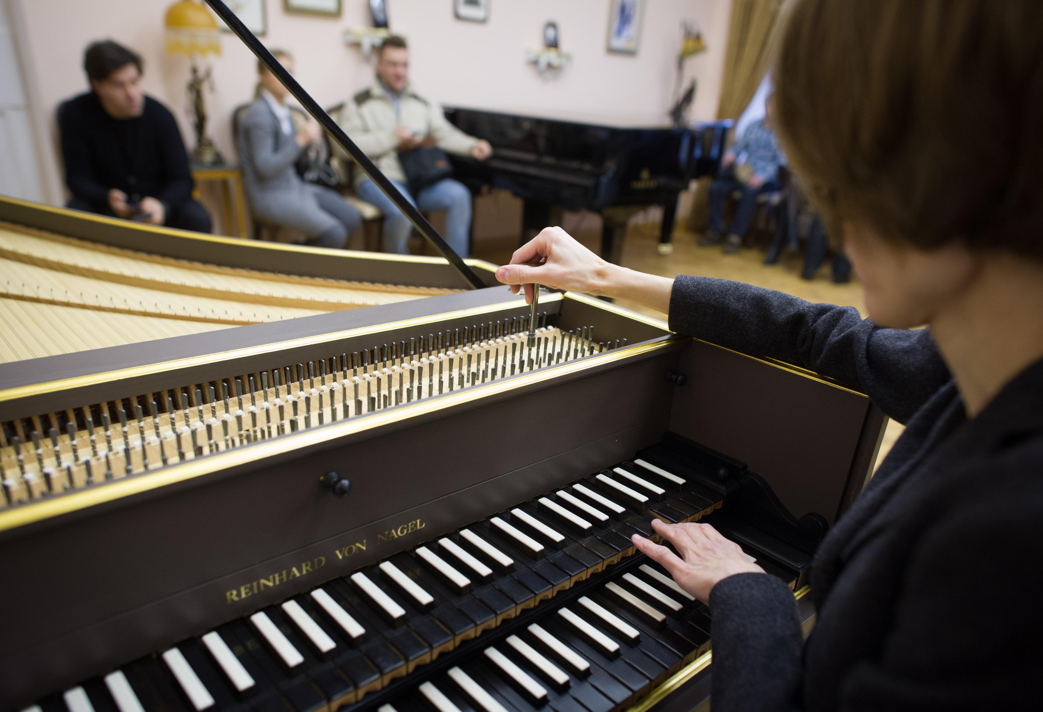 Мастер настраивает рояль