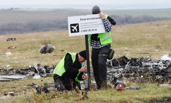 Голландские эксперты работают на месте крушения малайзийского самолета Boeing