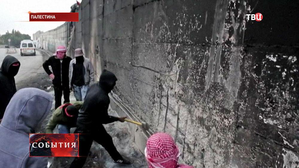 Палестинцы штурмуют стену на границе с Израилем
