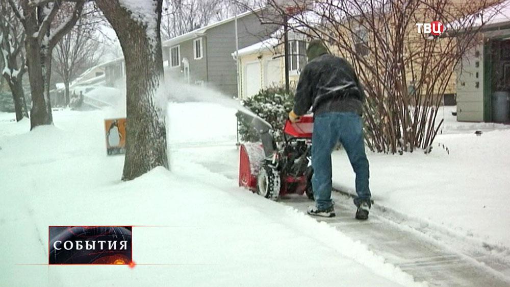 Жители США устраняют последствия снегопада