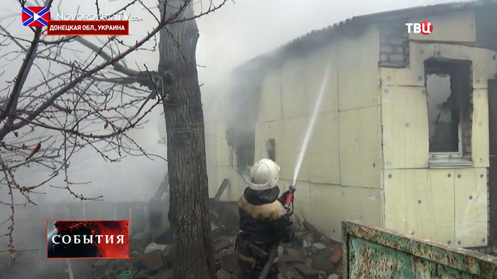 Пожарные устраняют последствия обстрела жилых кварталов в Донецкой области