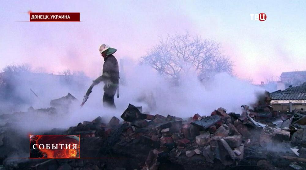 Пожарные устраняют последствия обстрела жилых кварталов Донецка
