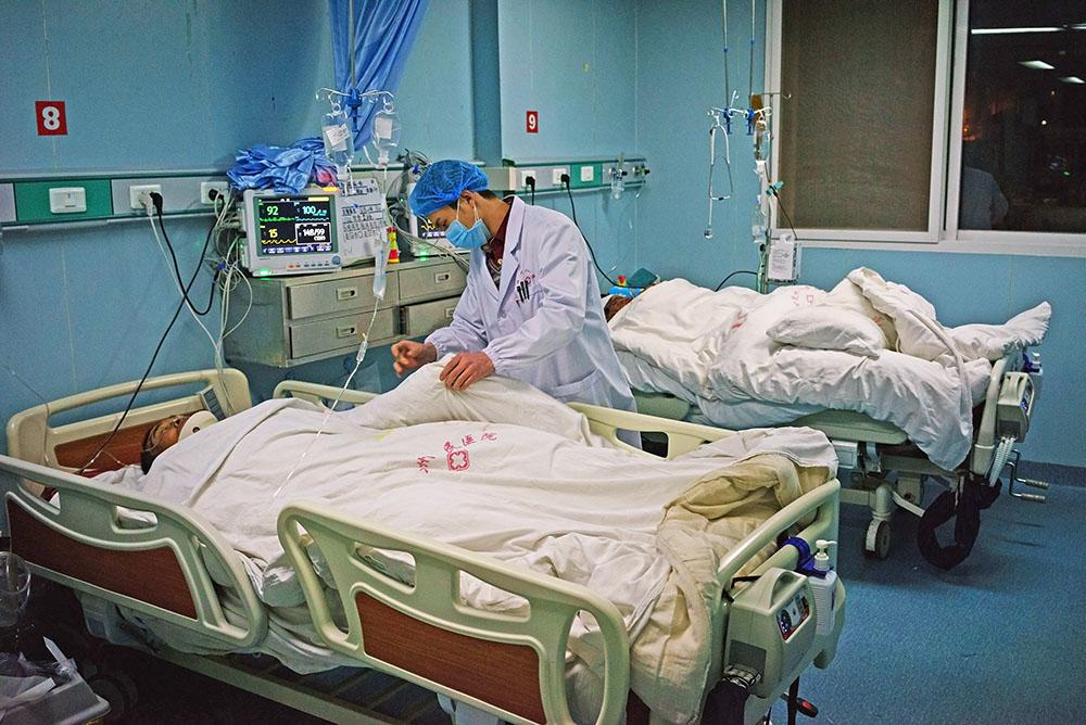 Китайские медики осматривают пострадавших при землетрясении
