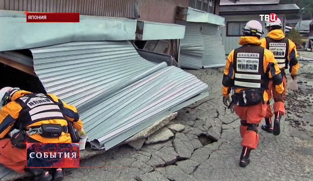 Поисковые отряды японских спасателей в зоне землетрясения