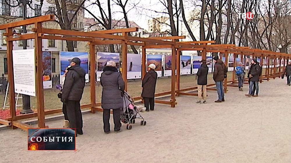 Фотовыставка на бульваре в Москве